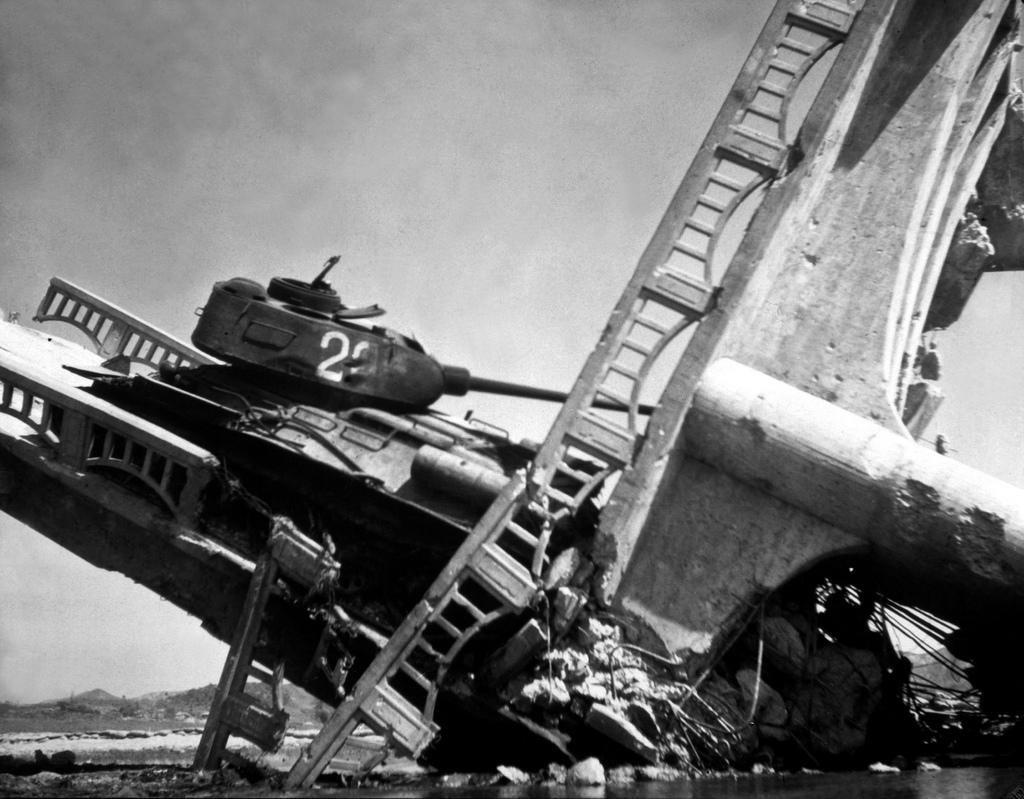 한국전쟁 폭격당한 북한군 탱크 Korean War Historical Images
